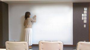 三鷹 レンタルスタジオ は セミナー 英会話教室 語学教室 で大活躍の 椅子 机 ホワイトボード があります